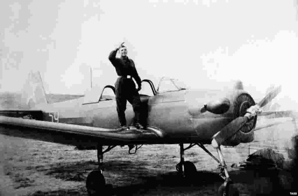 Гагарин в годы учебы в Саратовском аэроклубе, 1955 год.Позже он поступил в авиационное училище в Оренбурге.Он хорошо учился, но имел сложности с тем, как сажать самолет, чточуть не привело к его исключению из училища. Его невысокий рост мог влиять на угол обзора из кабины, поэтому Гагарин закончил учебу, летая на кресле с толстой подкладкой
