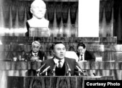 Назарбаев выступает на съезде во времена СССР