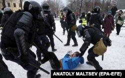 Задержания на акции протеста в Санкт-Петербурге 31 января 2021 года. Фото: EPA-EFE