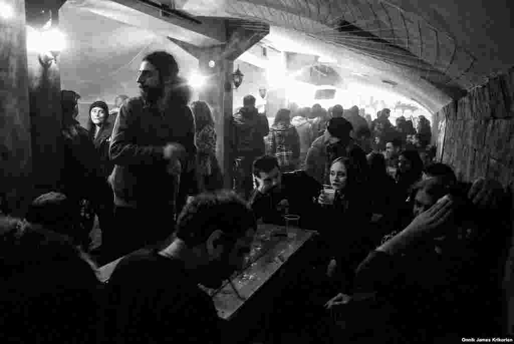 В Тбилиси есть несколько баров, где регулярно выступают панк-группы. Один из них – Basement Bar рядом с Площадью Свободы. В нем особенно людно