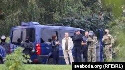 Сотрудники силовых структур наблюдают за протестами в Минске 6 сентября