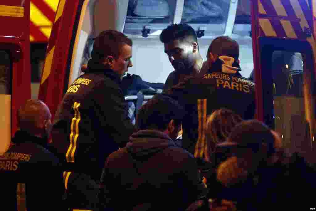 Раненному оказывают помощь рядом со стадионом, где произошли взрывы