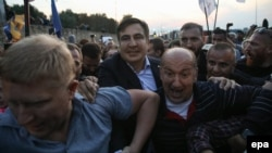 Михаил Саакашвили (в центре слева) во время прорыва государственной границы, пункт пропуска «Шегини», 10 сентября 2017 года