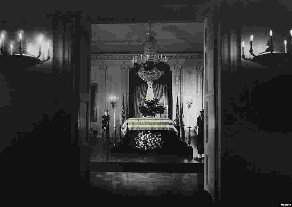 Гроб с телом Джона Ф. Кеннеди представлен для прощания в Восточном зале Белого дома утром 23 ноября 1963 года.