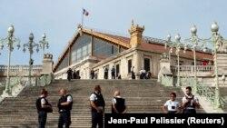 Полиция в оцеплении у вокзала Марселя