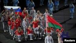 Белорусская делегация несет российский флаг на церемонии в Рио-де-Жанейро