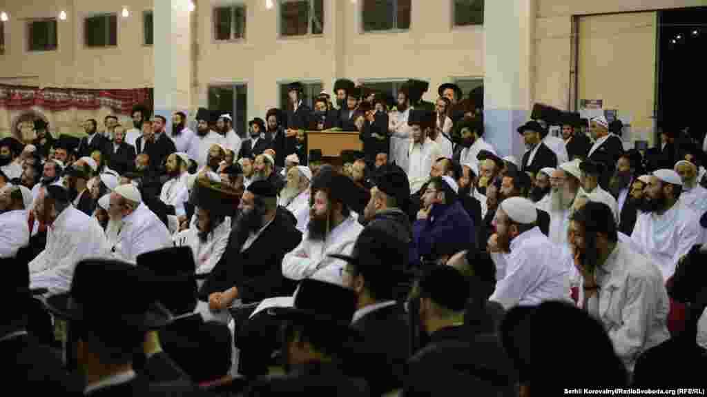 После окончанияШаббатаиудеи собираются на молитву. В качестве синагог в эти дни в Умани используют не только религиозные сооружения, но и палатки, жилые дома 