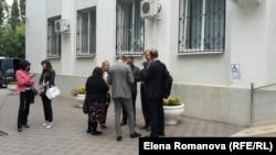 Журналисты у здания суда в Донецке, где проходит слушание по делу Надежды Савченко, 15.09.2015