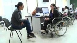 Бариста, который не слышит и оператор колл-центра в коляске. Истории людей с инвалидностью, которые нашли работу