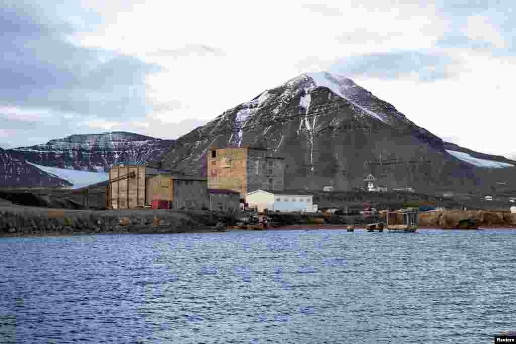 На фото – заброшенные складские помещения рядом с угольной шахтой. В годы расцвета промышленности в шахтах Ню-Олесунн добывали до 200 тонн угля в год