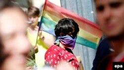 Участники ЛГБТ-шествия в Стамбуле в июне 2016