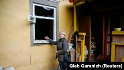 Жители Ични перед домами с выбитыми стеклами