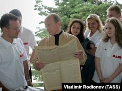 """Президент России Владимир Путин на встрече с активистами движения """"Наши"""" в Сочи 18 мая 2006 года. Фото: ТАСС"""