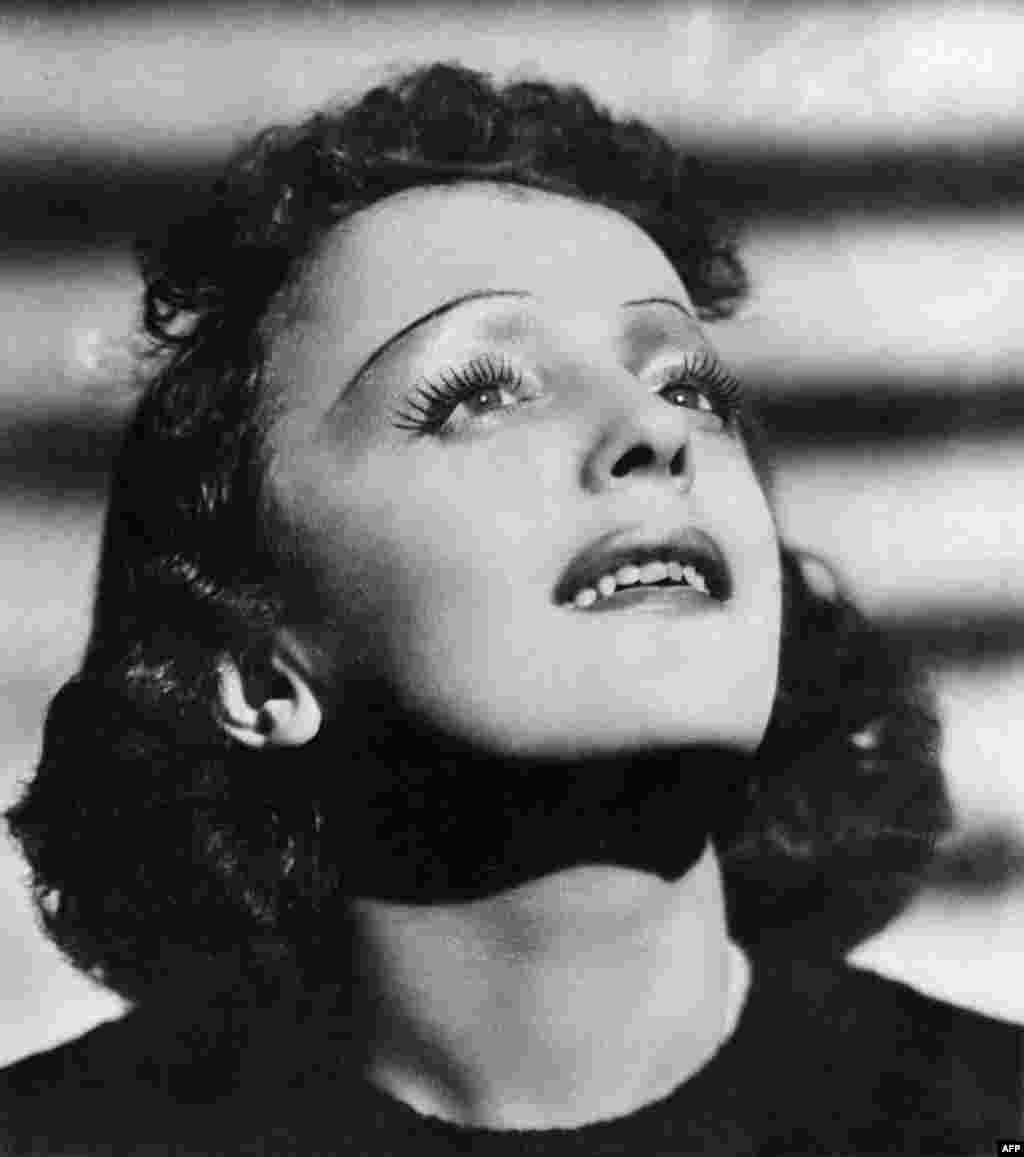 Хрупкая женщина с невероятным голосом стала широко известна во время Второй мировой войны. Она покорила публику своим трагичным образом