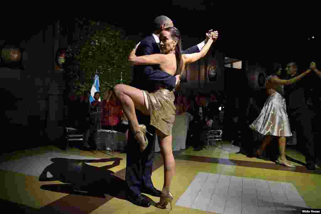Президент и первая леди США исполняют танго со своими партнерами по танцу во время государственного обеда, устроенного президентом Аргентины Маурисио Макри в Буэнос-Айресе 23 марта 2016 года.