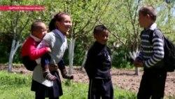 О чем молится девочка, которую мама носит на руках в школу