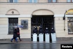 Силовики на улицах Петербурга. Фото: Reuters