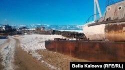 Старый рыбацкий катер на берегу Байкала
