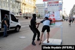 Задержания на проспекте Независимости в Минске во время стихийной акции протеста накануне выборов. 8 августа