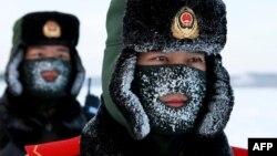 Китайские пограничники во время учений в провинции Хэйлунцзян на границе с Россией. 12 декабря 2016 года