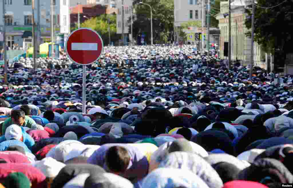 В этот день обычно надевают лучшую одежду и идут на утреннюю молитву На фото – утренняя молитва на Уразу-байрам в Москве. 5 июля 2016