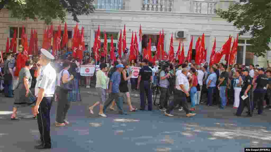 Протесты, организованные группой активистов, прошли напротив здания Национального агентства по регулированию в энергетике (НАРЕ).