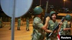 Турецкие военнослужащие, блокировавшие мост через Босфор во время попытки переворота