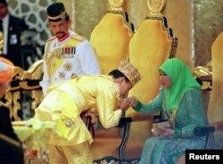 Султан Брунея (слева), его сын и жена, 1998 год. Фото: Reuters