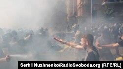 """Столкновения между участниками """"Нацкорпуса"""" и полицией возле офиса президента Украины в Киеве, 14 августа 2021 года. Фото: украинская служба Радио Свобода"""