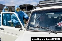 Грузинские военные проверяют машины и людей, въезжающих в Тбилиси 31 марта (Мзиа Саганелидзе)