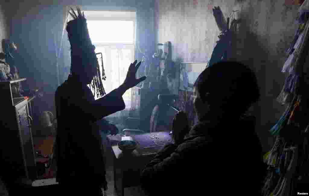 Обычные люди никогда не становятся шаманами по своей воле. Тувинцы считают, что эту судьбу избирает дух, который вселяется в человека. Именно этот дух в будущем помогаетсвязываться с миром мертвых