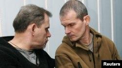 Пилоты Алексей Руденко и Владимир Садовничий (справа) во время суда в Таджикистане, ноябрь 2011 года