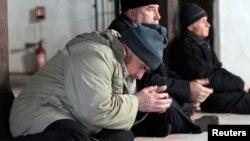 Крымские татары молятся в мечети в Бахчисарае