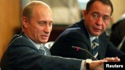 Михаил Лесин и Владимир Путин во Владивостоке в 2002 году