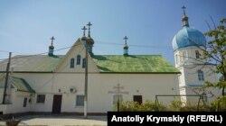На крыше сельского храма Святых Праотцев после выброса неизвестного вещества потускнела импортная краска