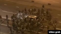 Силовики в Минске окружили машину на проспекте Дзержинского 24 сентября и бьют по ней