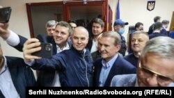 Селфи с Медведчуком в суде 13 мая. Ближайшее время депутат проведет под домашним арестом