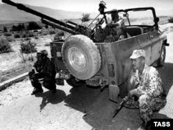 Правительственные войска Таджикистана во время гражданской войны в селе Кабодиён, 1997 год