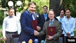 Михаил Саакашвили и Уильям Браунфилд подписывают меморандум о сотрудничестве