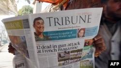 Пакстан: мужчина читает газету, на первой странице которой сообщается о расстреле редакции сатирического журнала в Париже Charlie Hebdo