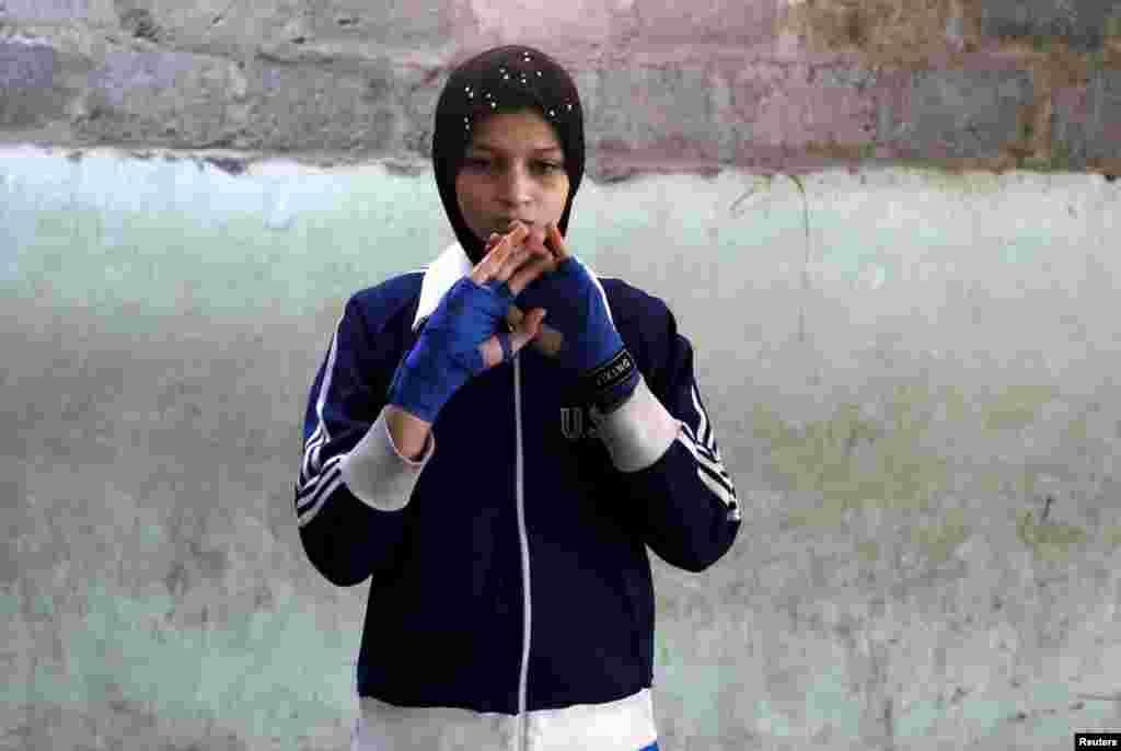 Такое расположение школы только на руку девочкам – они скрыты от глаз возможных недоброжелателей. На фото – разминка 16-летней Азмины