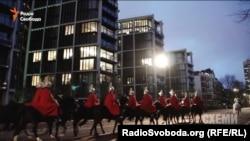 Королевская Гвардия проходит маршем под окнами пентхауса Рината Ахметова