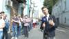 """""""По Минску люди больше катаются в автозаках, чем в своих машинах"""". Что говорят белорусы, голосующие в посольстве в Москве"""