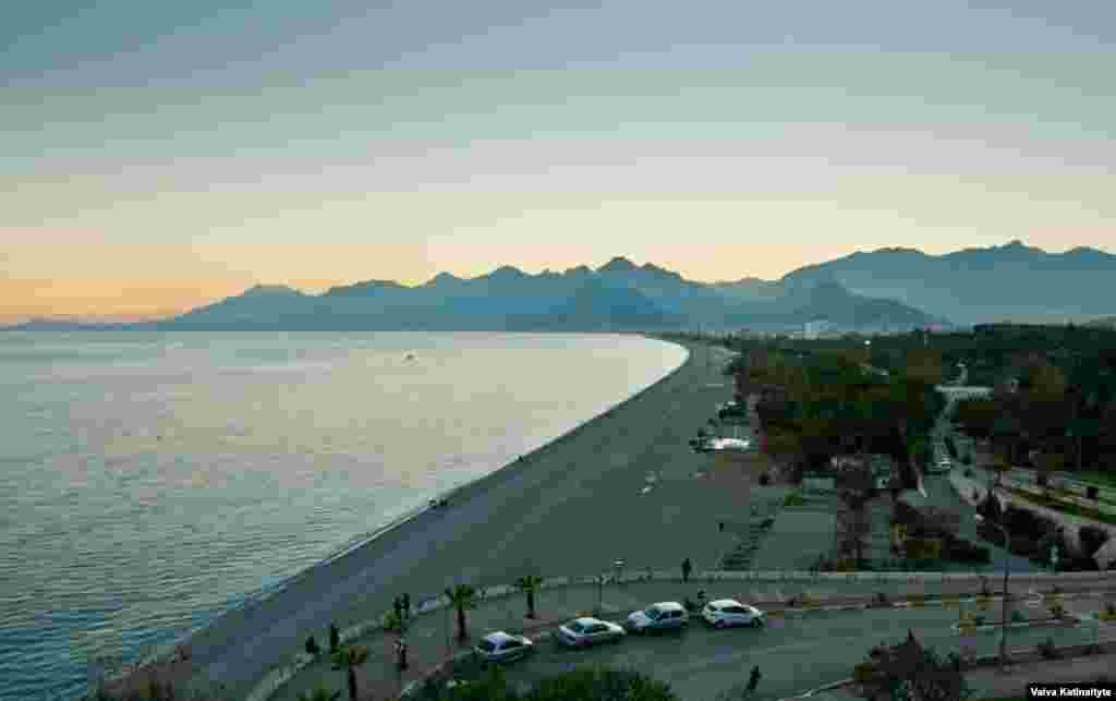 Пляжи Анталии сейчас выглядят пустыми. Обычно даже в зимние месяцы, когда температура воздуха составляет около 20 градусов, здесь было много туристов