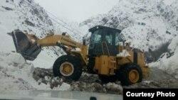 Техника расчищает дорогу в Варзобе после схода лавины