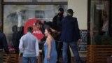 """""""Пошли вон, бандиты!"""" Неизвестные в штатском с дубинками разбивают стекло в кафе и задерживают людей в центре Минска"""