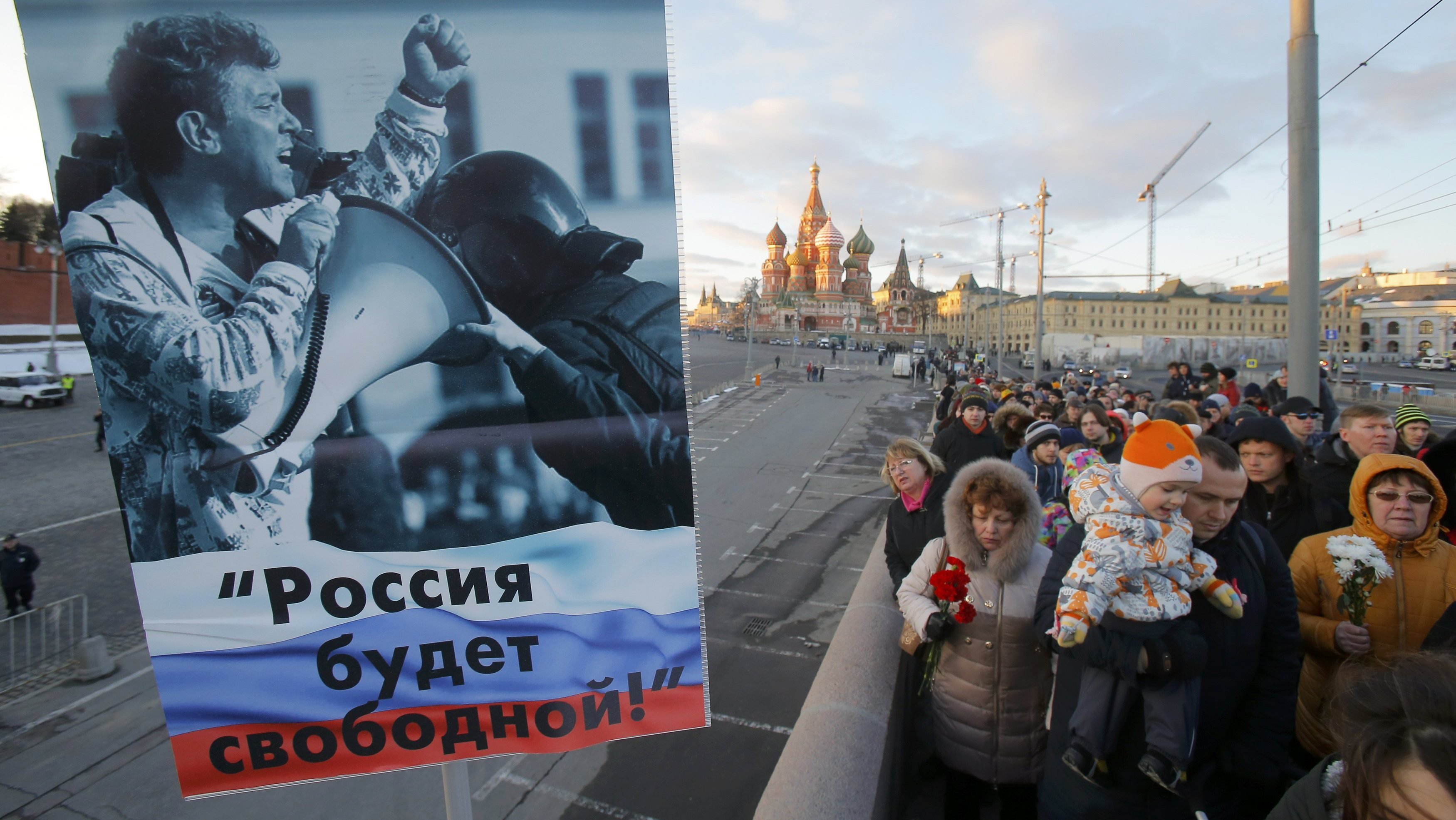 Плакат и акция памяти на месте убийства Бориса Немцова в Москве. Фото: Reuters