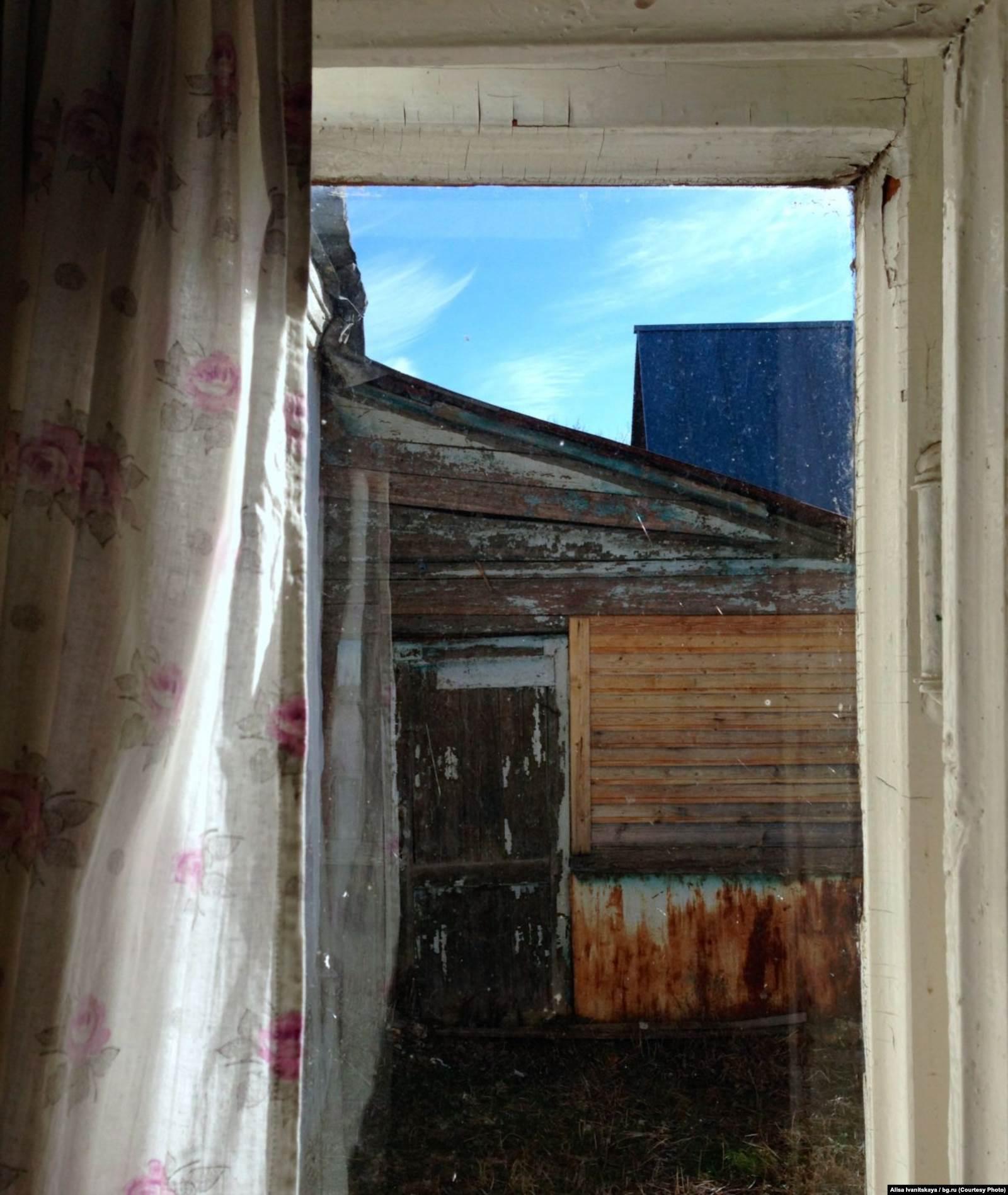 Вид на пристройку, где, по утверждению соседей, в 2014 году жил «подполковник Юшин с женой и тремя детьми»