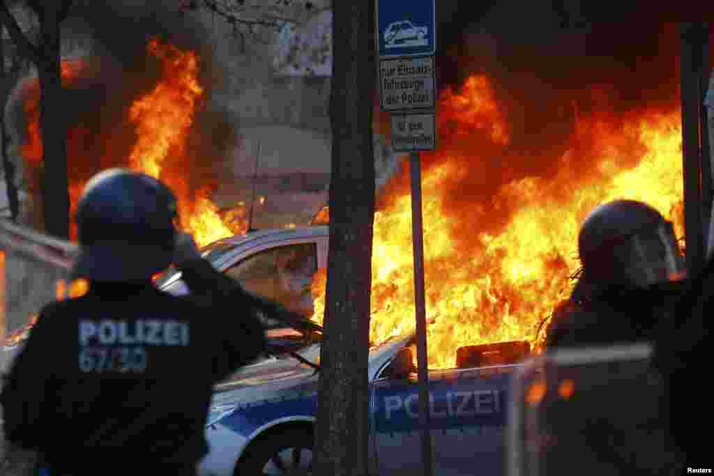 Демонстранты поджигали мусорные баки, переворачивали машины, били витрины магазинов