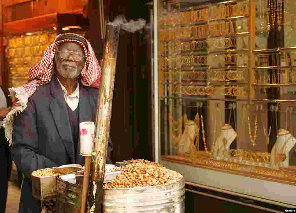 На рынках Ближнего Востока драгоценности можно купить на развес. Это самое популярное место для туристов. На фото –вход на золотой рынок в Аммане, столице Иордании